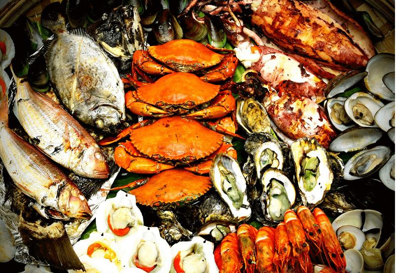 Tắm biển và thưởng thức hải sản tươi ngon